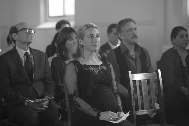 беременная женщина на похоронах