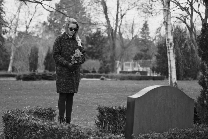 женщина с цветами у могилы