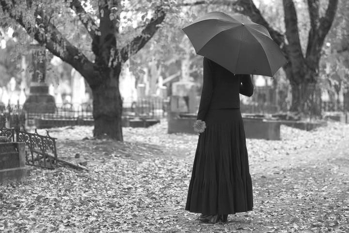 женщина с зонтом на кладбище