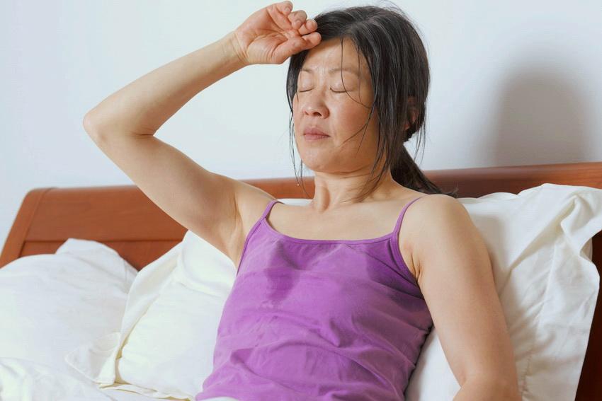 Приливы жара у женщин, причины почему бросает в жар