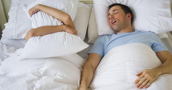 Почему человек разговаривает во сне и требует ли это лечения