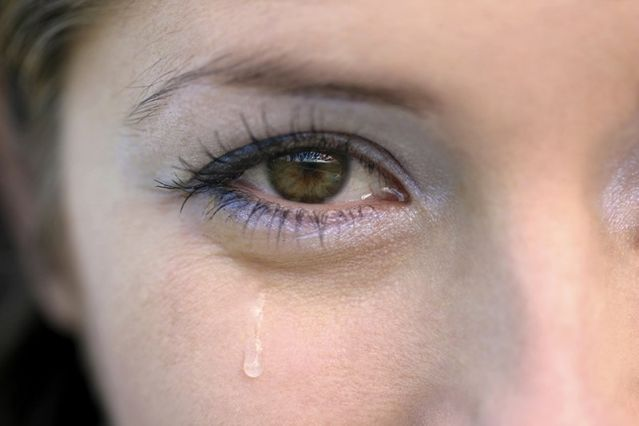 Почему слезятся глаза у взрослого человека, что делать
