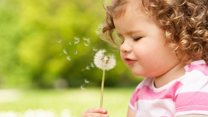 Как заставить сморкаться ребенка