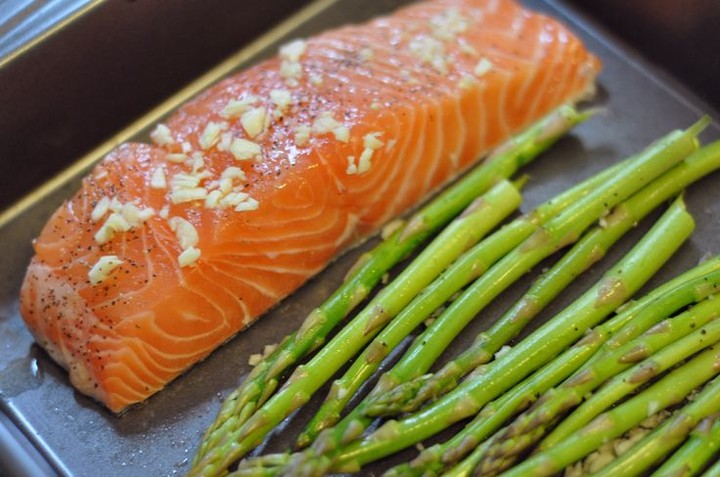 как готовить спаржу с лососем