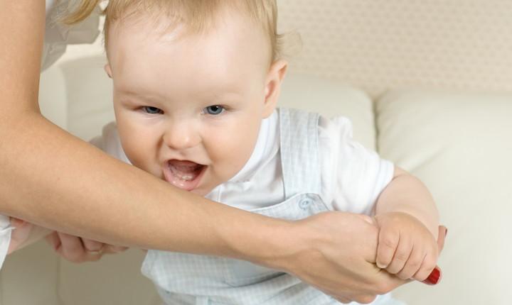 Что делать если ребенок кусает свои губы