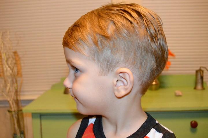 мальчик с разноуровневой стрижкой