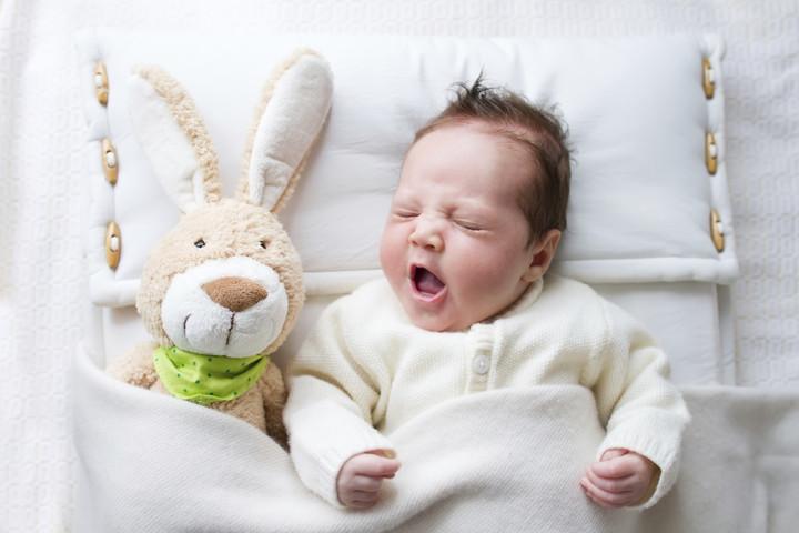 младенец с игрушкой