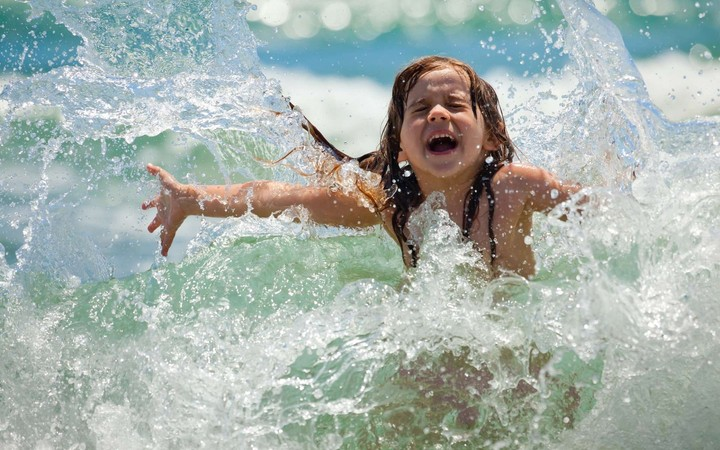 девочка в морской воде
