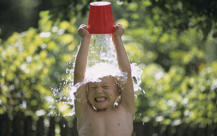 мальчик обливается водой из ведра