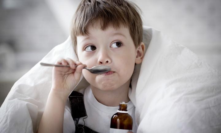 ребенок пьет лекарственный сироп