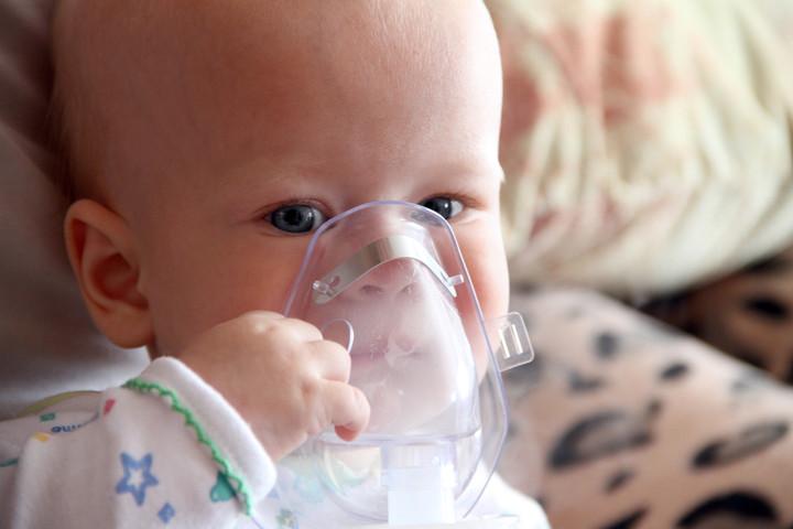 младенец с небулайзером