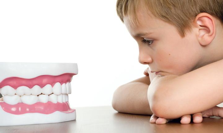 ребенок смотрит на челюсть