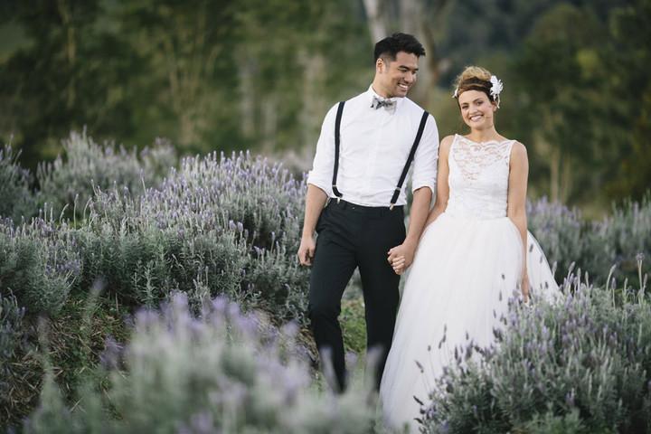 Зачем на свадьбе когда молодожены целуются считают