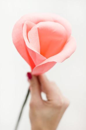 прикрепляем листья розы