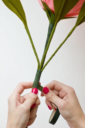 прикрепляем ветки с листьями