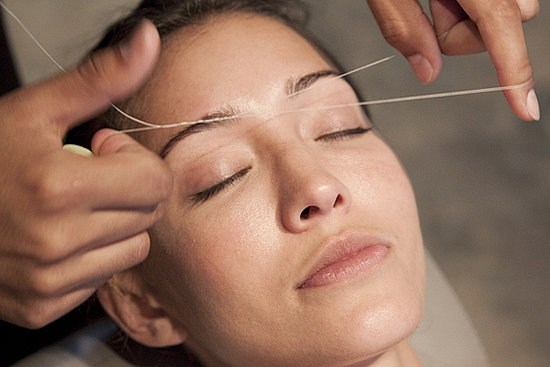 Как ровно выщипать брови