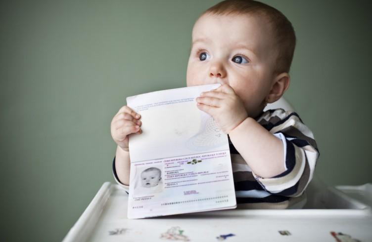 Как поменять фамилию ребенку в документах?